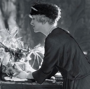 elsie-de-wolfe-1925-20th-century-interior-designer-innovative-female-interior-designer-pioneer-women-interior-designers-style-blog-interiors-blog-alison-cosier-www.greychic-grey-chic