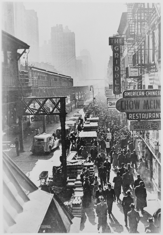 New_York_City's_Sixth_Avenue_elevated_railway_and_the_crowded_street_below,_ca._1940_-_NARA_-_535709.tif