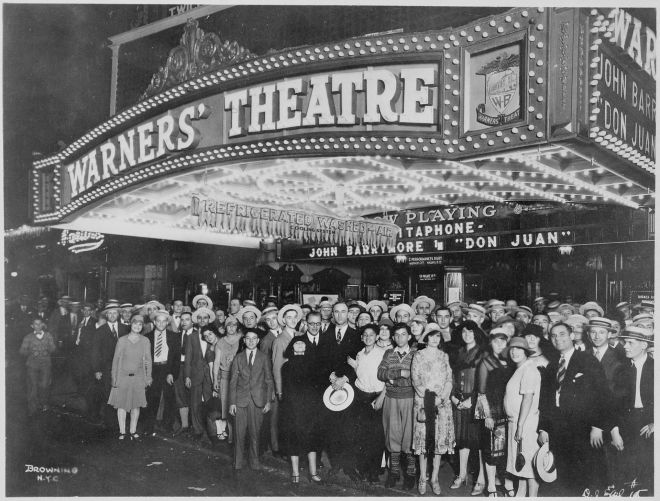 First-nighters_posing_for_the_camera_outside_the_Warners'_Theater_before_the_premiere_of_%22Don_Juan%22_with_John_Barrymore,_-_NARA_-_535750