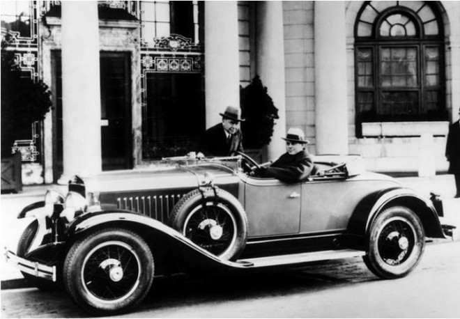 1926-Harley-Earl-at-the-wheel-of-a-1927-LaSalle-Series-303-Roadster-720x500