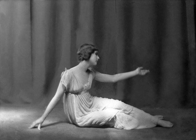 anna-duncan-dans-la-berceuse-choregraphie-d-isadora-duncan-musique-frederic-chopin-photo-arnold-genthe-1920-courtesy-of-tanzarchiv-koln-allemagne